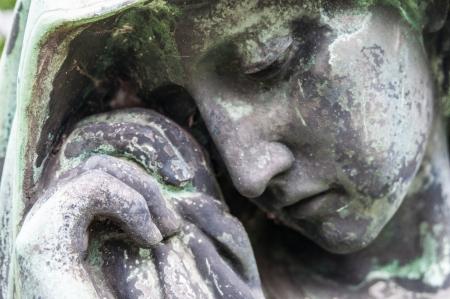 luto: detalle de una escultura de luto en un cementerio