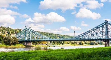 ドレスデンの Blaue Wunder と呼ばれるエルベ川を渡る橋します。