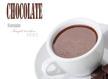 chocolat chaud: Chocolat chaud dans des tasses blanches avec une barre de chocolat sur fond blanc Banque d'images