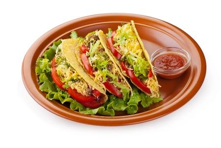 mexican food: Primer plano de tacos de carne con ensalada y salsa de tomates frescos en el fondo blanco
