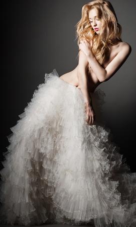 young nude girl: Schöne junge blonde Frau in einem romantischen Pose im weißen Rock Lizenzfreie Bilder