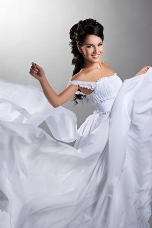 Verloofde in de wind Mooie dame in een vliegende trouwjurk Stockfoto