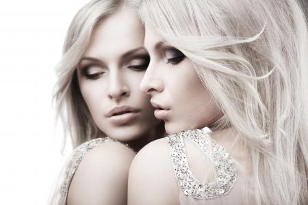 Schöne sexy junge Frau in der Nähe von einem Spiegel auf weißem Hintergrund Standard-Bild - 14515757