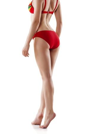 cintura perfecta: Vista trasera de una mujer caucásica hermosa con piernas largas, aisladas sobre fondo blanco