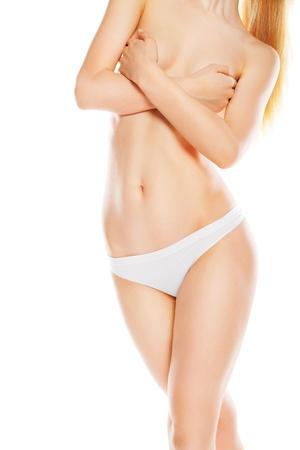 cintura perfecta: Vista frontal de la mujer caucásica hermosa en bikini blanco, aislados en fondo blanco
