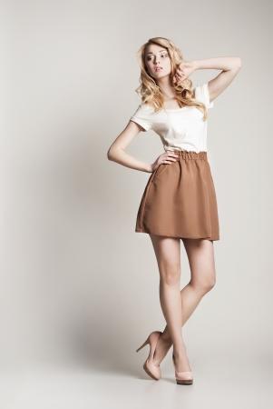 Portrait der beautyful posiert blonde Frau mit langen lockigen Haaren auf weißem Hintergrund Standard-Bild - 17238705