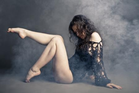 classic dance: Bailar?n moderno del estilo que presenta en un estudio de fondo gris en la niebla