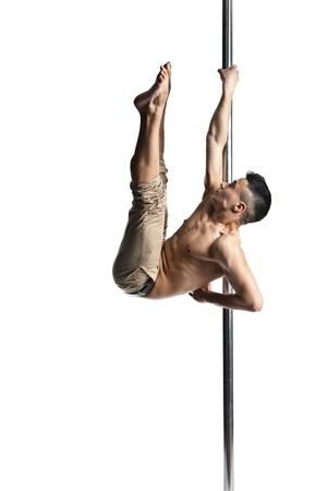 pole dance: Giovane uomo forte pole dance isolato su sfondo bianco