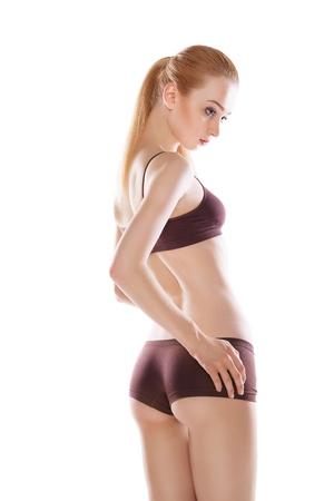 sport wear: Vista trasera de la hermosa mujer rubia cauc?sicos con pelos largos en ropa deportiva, aislados en fondo blanco