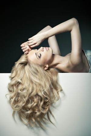 Mooie lange haren op een aantrekkelijke vrouw op wit bord