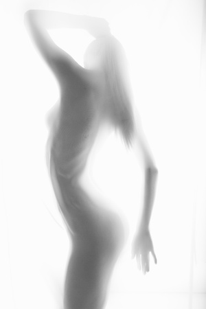 nudo di donna: Il corpo di una bella donna nuda con il tessuto trasparente su uno sfondo chiaro Archivio Fotografico