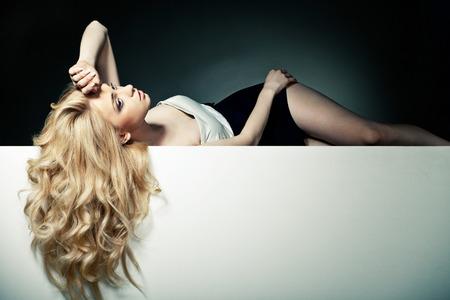 mujer rubia desnuda: Hermoso pelo largo en una mujer atractiva en blanco placa