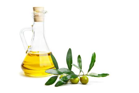 Glazen fles olijfolie van eerste persing en de tak met olijven op wit wordt geïsoleerd