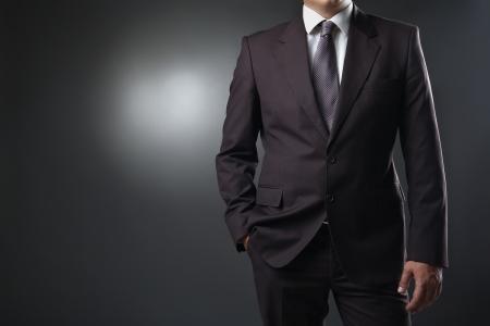 zakenman in pak op een grijze achtergrond