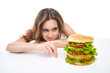 Gelukkig Jonge Vrouw die grote lekkere hamburger geïsoleerd op witte achtergrond