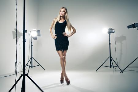 Belle modèle féminin posant au studio à la lumière clignote Banque d'images - 27011814