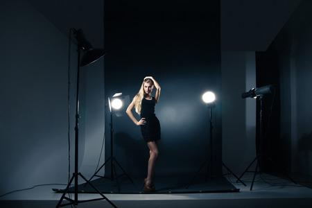 Mooie vrouwelijke model poseren in studio in het licht knippert Stockfoto