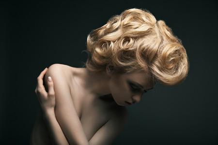 Preciosa modelo de alta moda femenina con el pelo estilo abstracto
