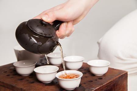 Chinese theeceremonie wordt perfomed door thee meester in kimono Stockfoto