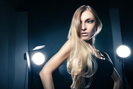 Beautiful female model posing at studio in the light flashes 版權商用圖片 - 32978602