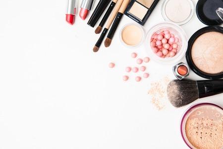 schoonheid: Borstel en cosmetische geïsoleerd op een witte achtergrond. Bovenaanzicht. Stockfoto