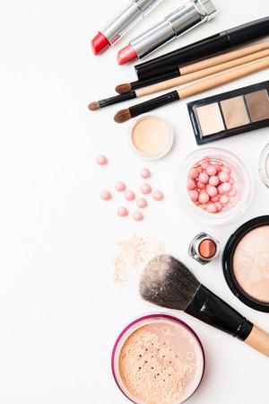 productos de belleza: Cepillo y cosméticos aislados en un fondo blanco. Vista superior.