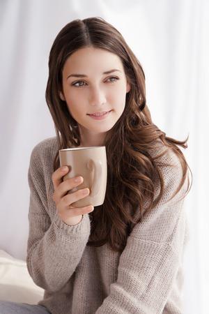 Schöne Frau trinken Kaffee am Morgen am Fenster sitzen Standard-Bild - 36738234