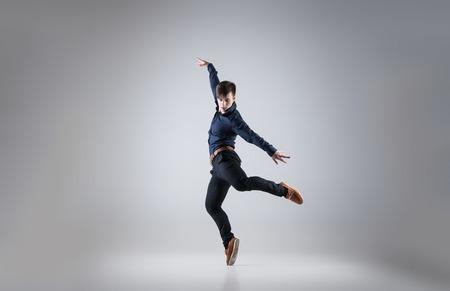 taniec: Młoda atrakcyjna taniec człowieka na białym tle Zdjęcie Seryjne