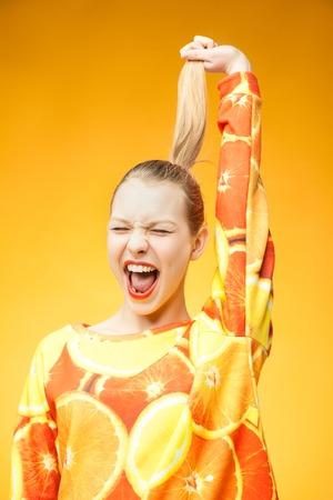 tonto: Retrato de joven bastante divertido gritos naranja que lleva impresa la camiseta