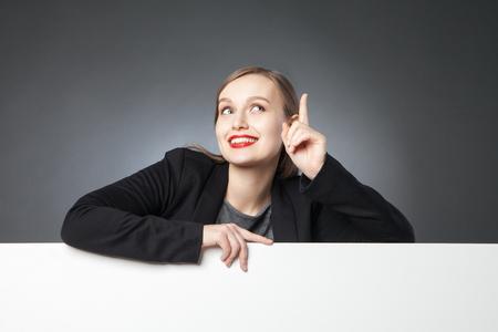 dedo �ndice: Hermoso de negocios mirando hacia arriba con el dedo �ndice hacia arriba