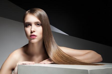 capelli lunghi: Primo piano di giovane donna attraente con bei capelli lunghi