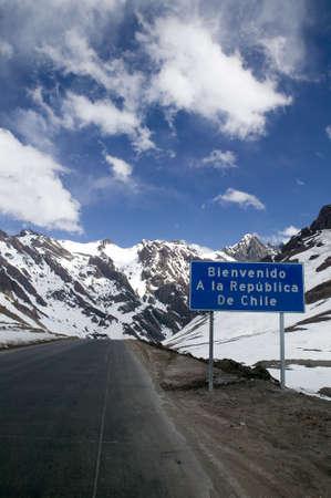 Road signo en los Andes frontera de Argentina y Chile: Bienvenido a la República de Chile.  Foto de archivo - 2874938