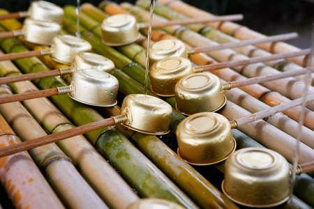 purified: Cuenca del sinto�smo fluyendo purificado agua en un japon�s.
