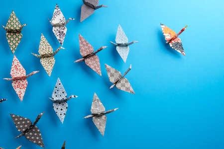 seguito: Colori Origami uccelli che volano verso la luce. Archivio Fotografico