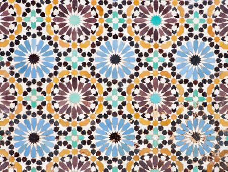marrakesh: Dettaglio di un bel pavimento a mosaico islamico, un po 'malandato, ma che mostra ancora la bellezza dell'arte islamica. Archivio Fotografico
