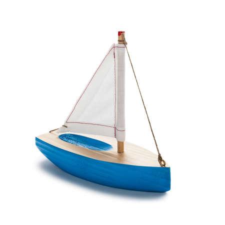 juguetes de madera: Velero de juguete azul, aislados en blanco