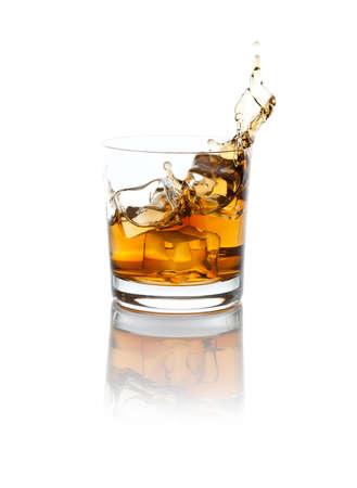whisky: Studio isolés éclaboussures whisky sur blanc