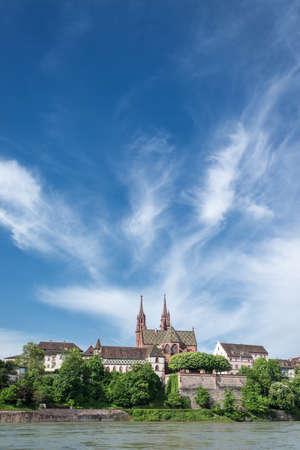iglesia: Basilea con un hermoso r�o Rin. Ver hasta la catedral de la colina con la Catedral roja arenisca. Con un mont�n de espacio de la copia para el texto. Foto de archivo