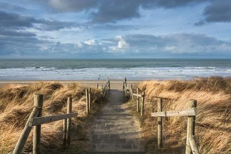 Op het strand of Zeeland, Nederland uitzicht op de Noordzee.