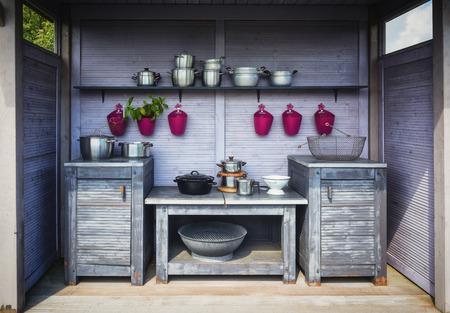 Pannen, potten, vazen in de keukentuin, barbecue.