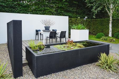 Appeltern, Niederlande, 22. Juli 2015: Die Gärten von Appeltern ist die Inspiration Gartenpark in den Niederlanden. In diesem Bild ein Garten mit modernen Gartenmöbeln und trendy Teich. Standard-Bild - 58094791