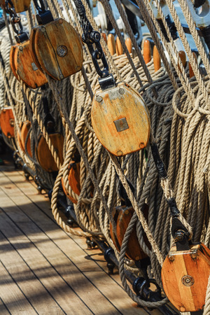 poleas: Rigging of a sailing ship consisting of ropes and pulleys