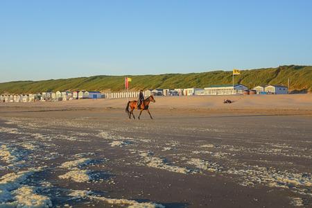 Wijk aan Zee, Nederland - 5 juni 2016: Amazon te paard op het strand tijdens zonsondergang. Stockfoto - 61818346