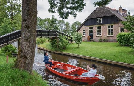 monopolio: Giethoorn, Holanda - Junio ??29, 2016: conocida por sus puentes, canales, casas de campo y los apostadores. También se conoce como la 'Venecia holandesa' y conocido en el mundo de Monopoly edición.