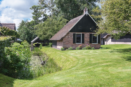 traditionally dutch: Small rural house in the Dutch town of Giethoorn.