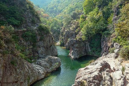 フランスのアルデーシュ部門で Thueyts の村の近くの美しい川アルデーシュの表示します。 写真素材