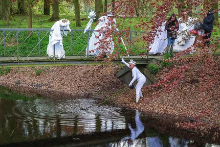 Haarzuilens, Países Bajos - 24 de abril de 2016: una hada está arrastrando la zanja en la conjetura de otra hada en el duende Fantasy Fair (Elfia), un evento de fantasía al aire libre en los Países Bajos. Editorial