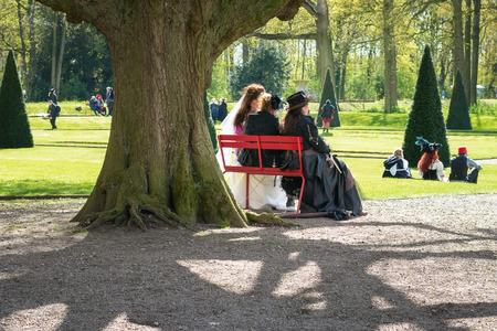 Haarzuilens, Países Bajos - 24 de abril de 2016: los participantes de Elf Fantasy Fair descansan y disfrutan del sol en el parque Editorial