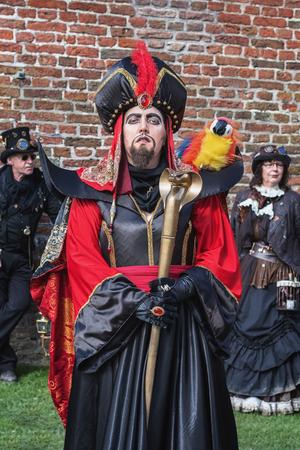 Haarzuilens, Países Bajos - 24 de abril de 2016: Jafar con Lago en Elf Fantasy Fair (Elfia), un evento de fantasía al aire libre en los Países Bajos.