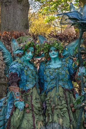 Haarzuilens, Países Bajos - 24 de abril de 2016: ninfas del bosque en la Elf Fantasy Fair (Elfia), un evento de fantasía al aire libre en los Países Bajos. Editorial